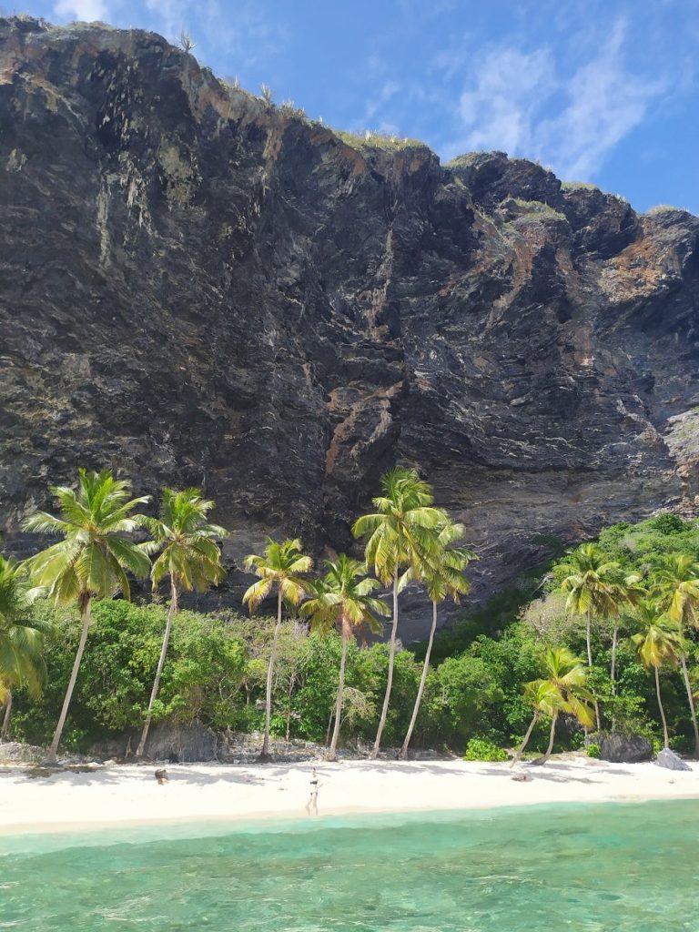пляж фронтон на фоне скалы
