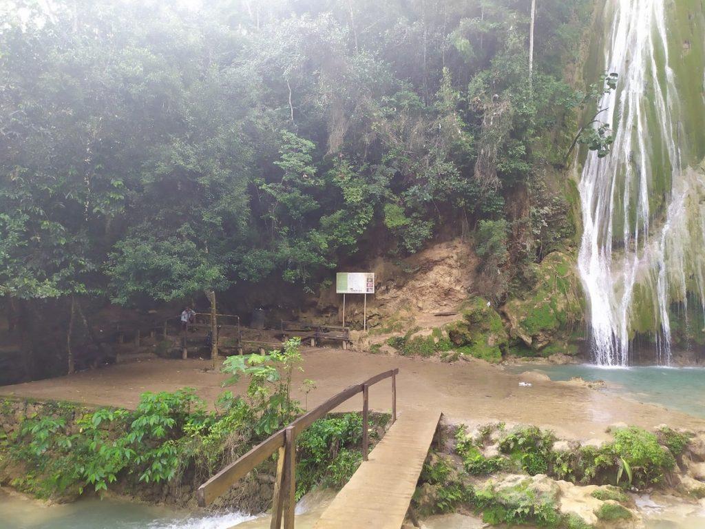 зона отдыха возле водопада