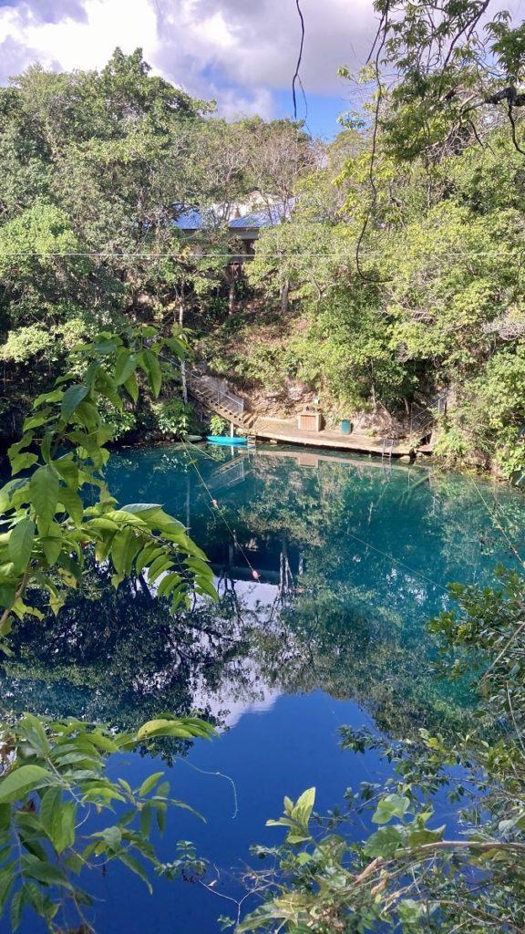 карстовое озеро в Доминикане