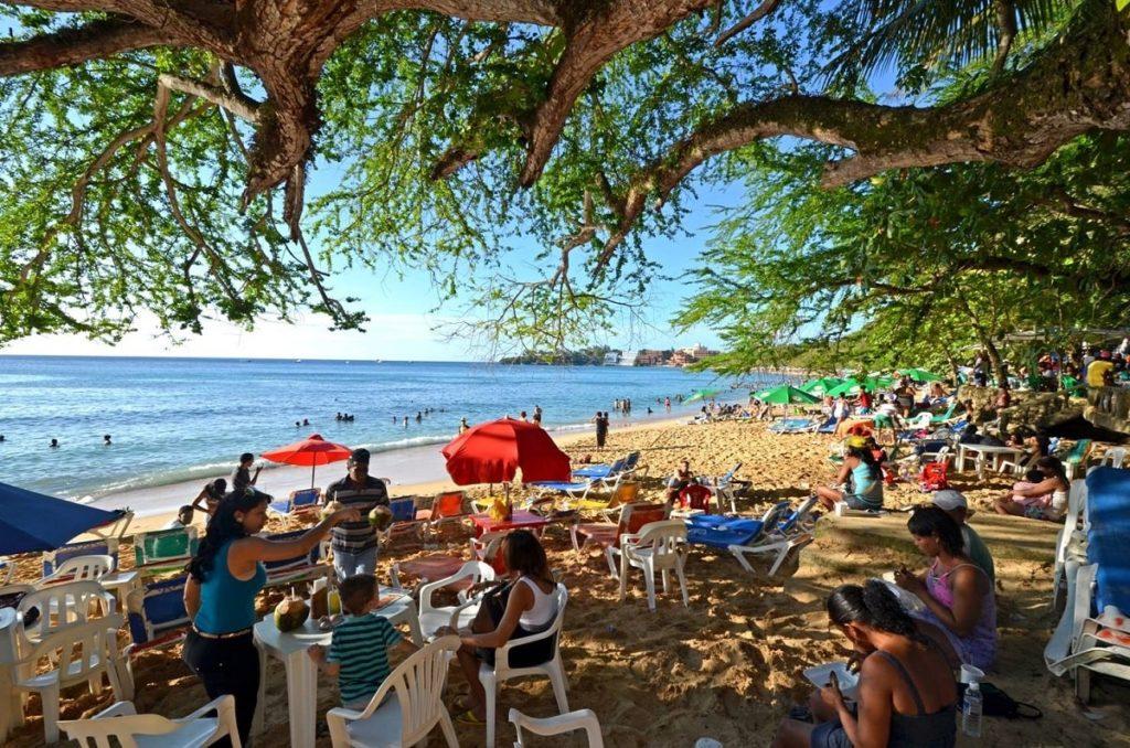 Местные жители на пляже в Доминикане